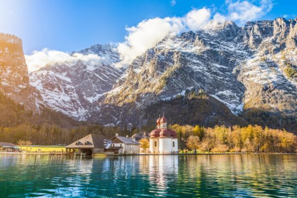 Die Kirche St. Bartholomä befindet sich auf einer kleinen Halbinsel und ist nur über das Wasser zugänglich.
