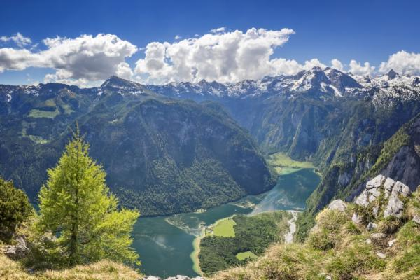 Die steilen Hänge des Watzmanns erzeugen das berühmte Königssee-Echo, das siebenmal zu hören ist.