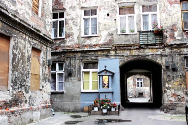 Many of Praga's buildings still bear the marks of the past.